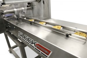 Horizontal flow wrapping machine wrapping food product